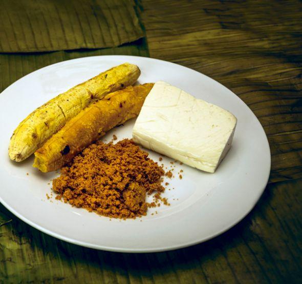 Desayuno manabita con sal prieta y maduro.