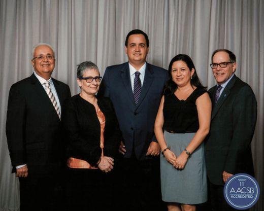 John Fernandes, presidente de la  AACSB; Virginia Lasio, directora de Espae; Xav