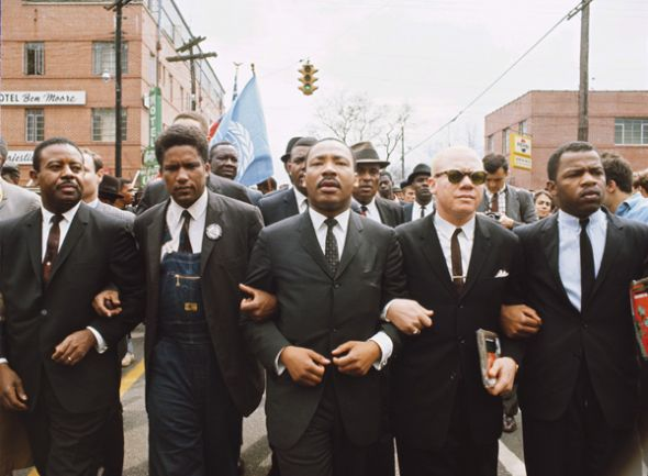 1965: Martin Luther King (centro) durante la marcha en Selma.
