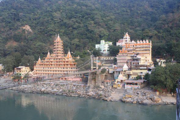 Los templos y monasterios tallan la arquitectura de Rishikesh en los Himalayas.