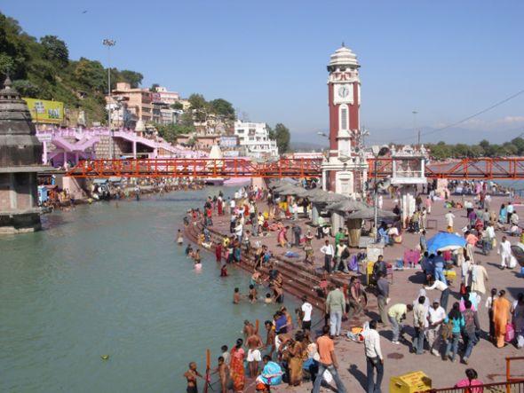 Miles de visitantes llegan a esta urbe a bañarse en las aguas del río Ganges.