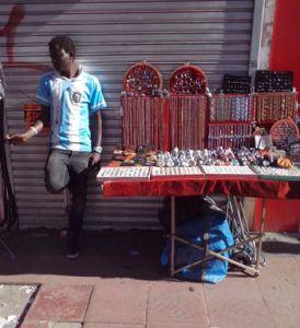 Vendedor informal en una calle de Buenos Aires.