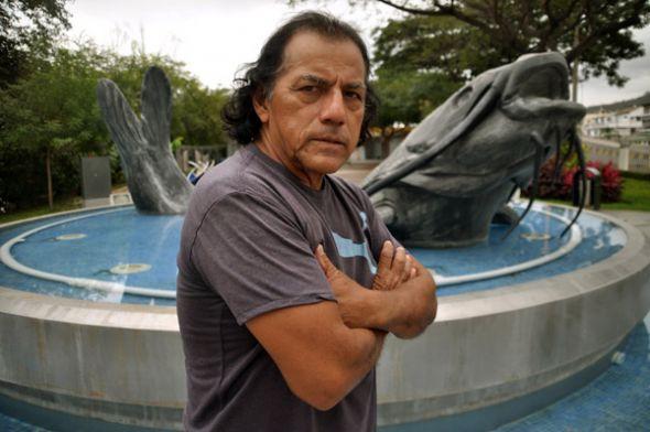 José Cauja junto a El bagre, su escultura pública ubicada en la av. Barcelona.