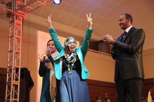 Samah al-Gadi (centro) reacciona al ganar en Mashrouy.