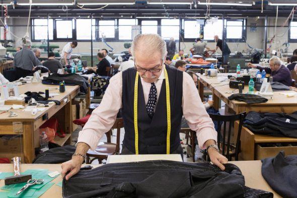Un sastre confecciona un saco en Arzano, un suburbio de Nápoles.