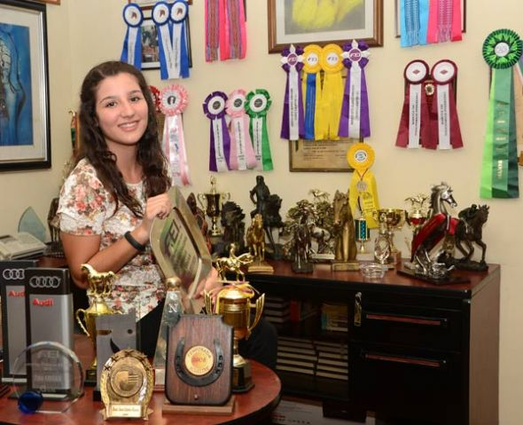 Medallas y diplomas inundan las paredes y cajones de su hogar.