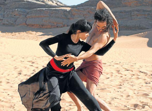 La actriz Freida Pinto, el bailarín Afshin Ghaffarian (c) y el actor Reece Ritch