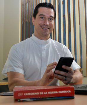 César Piechestein, sacerdote católico