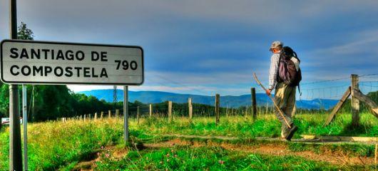 Letrero que indica el camino a la ciudad española.