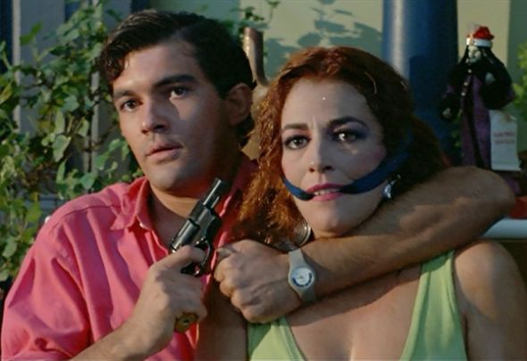 Los actores Antonio Banderas y Carmen Maura en La ley del deseo (1987).