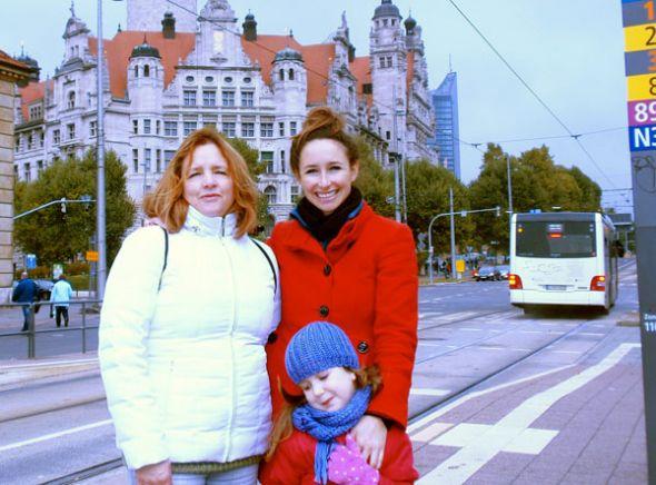 Margarita Borja (d) junto con su mamá y su hija, en Leipzig.