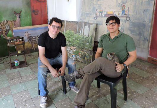 Juan Carlos Fernández (i) y Juan Caguana residen en su taller.
