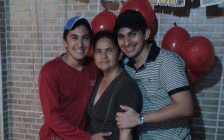 Cristhian Guerrero (d) junto a su mamá, Adalid Proaño y su hermano.