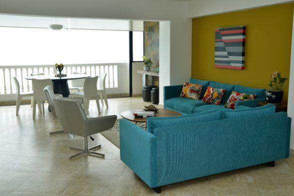 Los dueños de esta residencia querían un espacio alegre junto al mar con colores