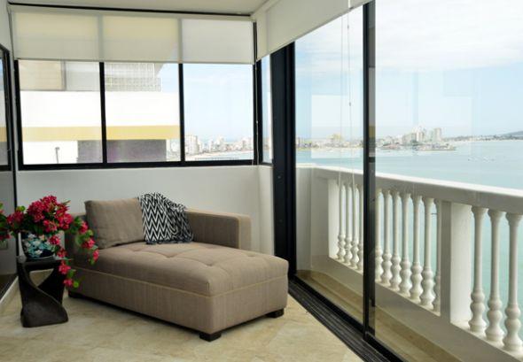Un chaise-longue o sofá con forma de silla alargada, perfecto para  el balcón.