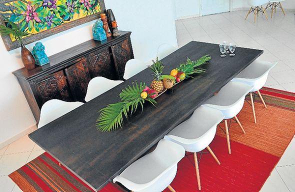 El aparador tallado en madera es de la India. Sobre él descansan los foo dogs o