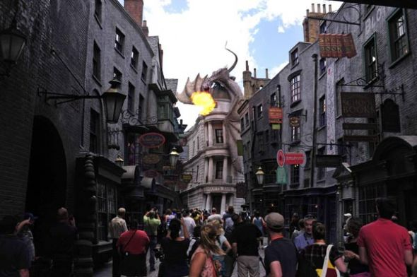 El Diagon Alley, abierto en julio con un dragón que vigila desde lo alto.