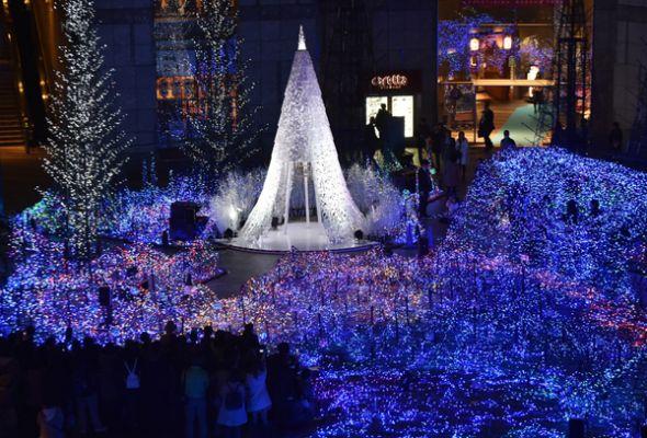 Este show luminoso brilla en el complejo comercial Caretta Shiodome (Tokio).