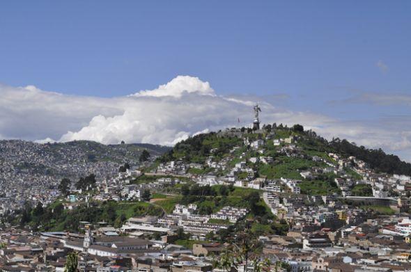 Colina de El Panecillo, con la estatua de la Virgen en la cumbre.