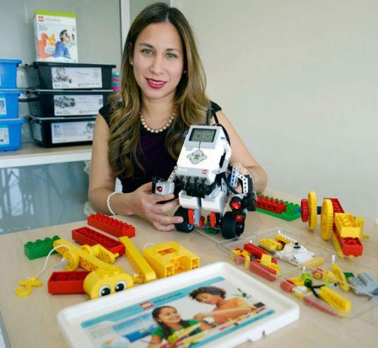 Shammy Coello con el robot Gyro desarrollado en el MIT.