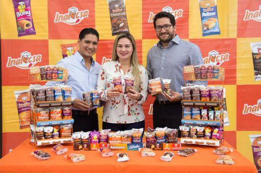 Douglas Naula, coordinador de Marcas; Daniela Bararata, jefa de Marcas.
