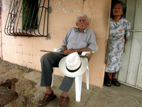 Don Enrique Andrade a sus 82 años, oyendo los carros pasar. Aquí junto con su es