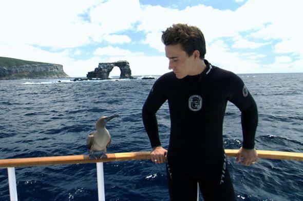 Rob Stewart en las islas Galápagos. Atrás, el arco de la isla Darwin.