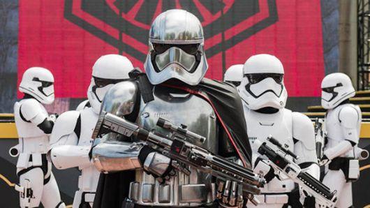 Los stormtroopers sorprenden a los turistas.
