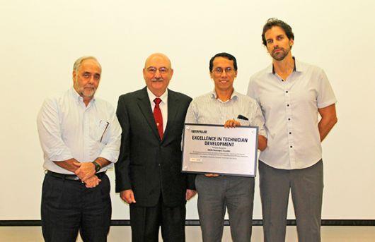 En la imagen: Antonio Gómez, gerente general de IIASA; Óscar Negrini.