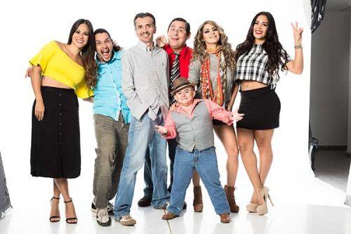 Jorge Toledo (centro) junto a algunos talentos de eleOele.com