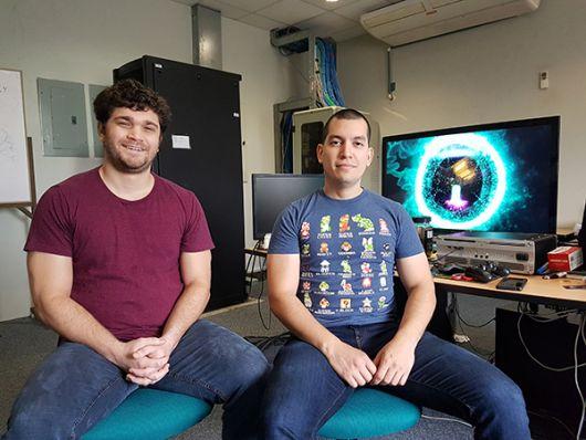 Estéfano Palacios y Jorge Blacio en los laboratorios que les dio la Espol.