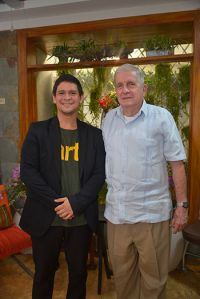Encuentro. Henry Silva (i), director teatral junto a Rodolfo.