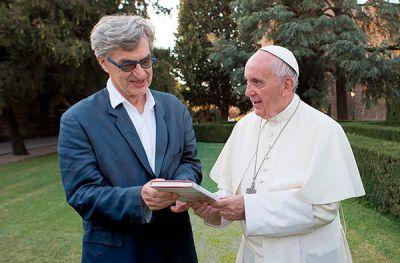 Durante el rodaje del filme: el cineasta Wim Wenders y el papa Francisco.