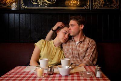 Saoirse Ronan y Emory Cohen.
