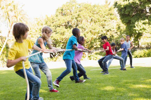 En grupo Los niños no solo se divierten, sino que aprenden juntos.
