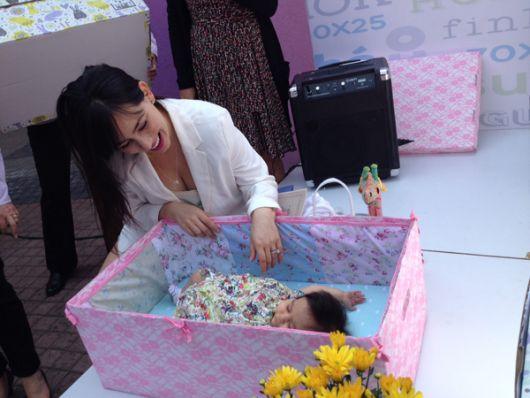 Claudia Lizaldi, actriz y conductora mexicana, con su pequeña Elah.