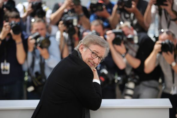 Cineasta Steven Spielberg y los paparazzi en el Festival.