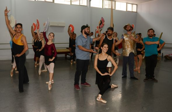 Jéssica Abouganem junto con el elenco de Don Quijote.