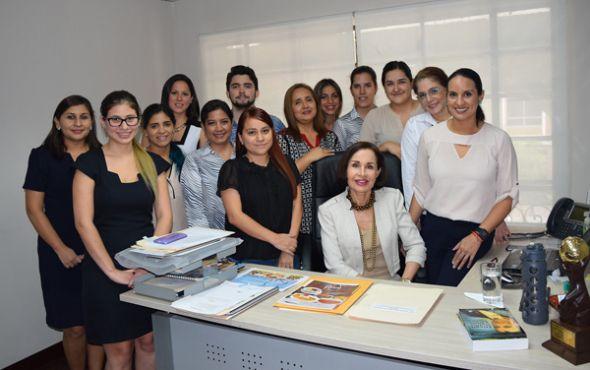 Gloria Gallardo junto a parte de su equipo de trabajo.