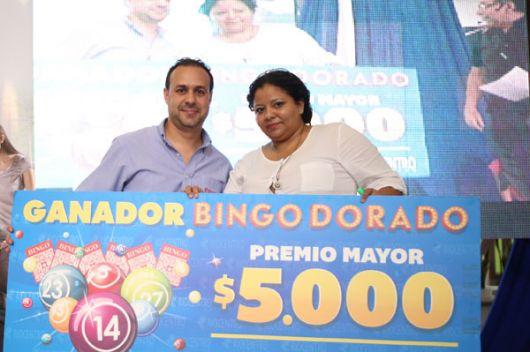 Rodrigo Gonzalez, administrador del centro comercial, con la ganadora.