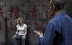 En Lucy, Johansson interpreta a una mujer obligada a narcotraficar.