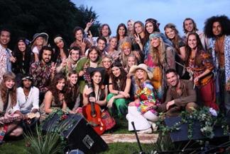Laura Pausini junto al elenco de personas que la acompañan en su video Bienvenid