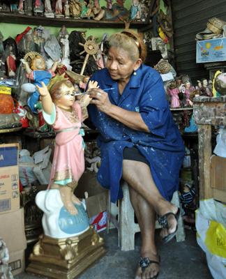 Conocida como la Doctora del Niño Dios, María Andrade tiene su taller artesanal