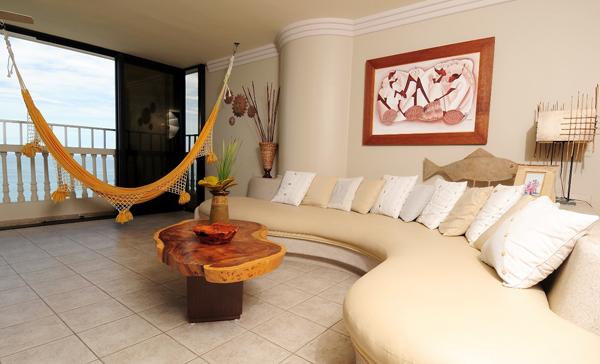 Con aire marino vivienda y decoraci n la revista el for Salas con cojines en el piso